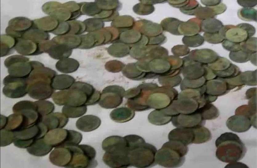 खुदाई के दौरान मिला खजाना, मिट्टी के बर्तन में 1862 के चांदीऔर तांबे के पाए गए सिक्के