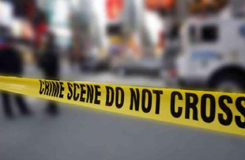 मजदूर ने पत्नी और 3 बच्चों को कुल्हाड़ी से काट डाला, पुलिस कर रही तलाश