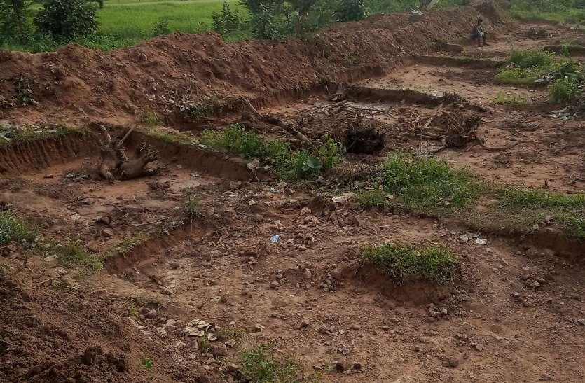 खेत तालाब के नाम पर खानापूर्ति, ग्रामीणों ने लगाया भ्रष्टाचार का आरोप