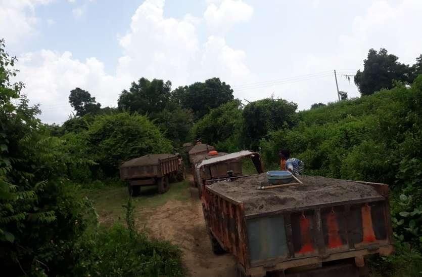 illegal mining - रेत का अवैध खनन करते 8 ट्रैक्टर जब्त