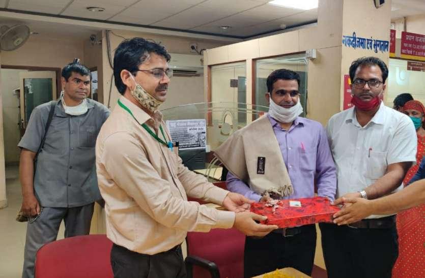 पीएनबी बैंक ने किया शिक्षक का सम्मान