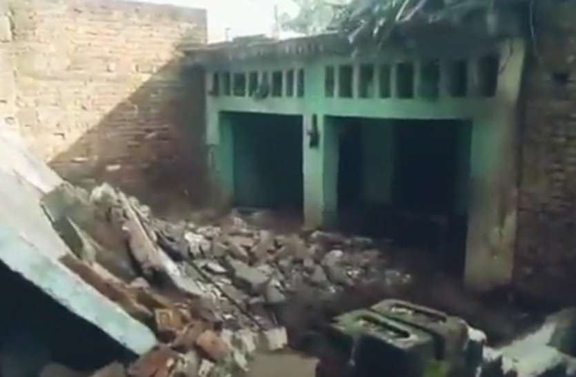 शाैचालय का गड्ढा खाेदते समय दीवार धंसने से भरभराकर गिरा मकान, एक की माैत महिला समेत दाे की हालत गंभीर