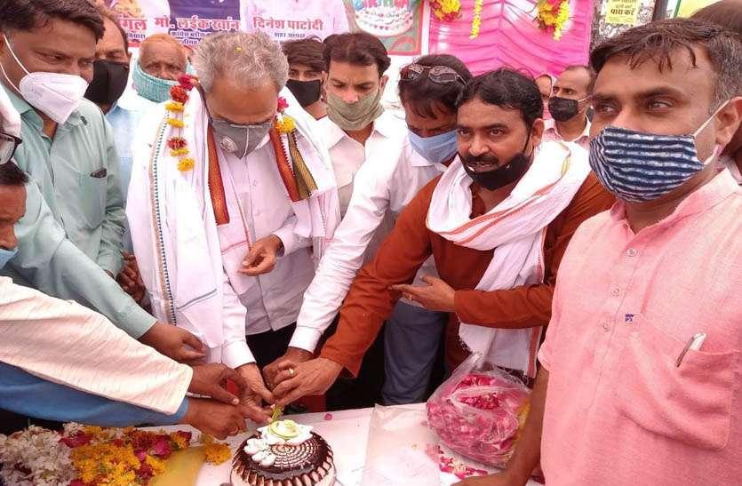 केक काटकर मनाया देवली-उनियारा विधायक हरीशचंद्र मीणा का जन्मदिन