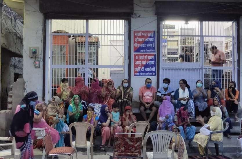शराब की दुकान के गेट पर बैठी महिलाएं, अधिकारियों को दिया अल्टिमेटम