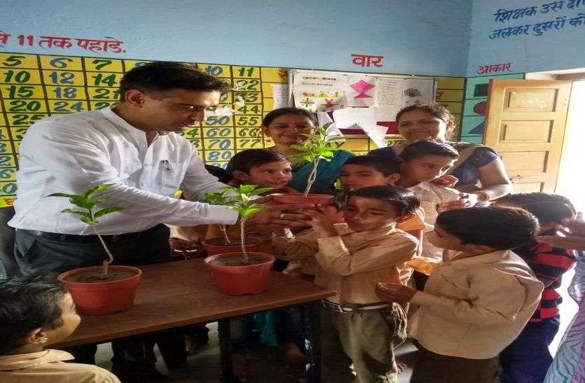 शिक्षक दिवस विशेष: सात साल में छह तबादले...जहां भी नियुक्त हुए बदल दी स्कूल की तस्वीर