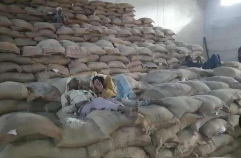 बिना वेयरहाउस आए स्टॉक में चल जाता था खाद्यान्न, 6 करोड़ के चावल हेरफेर मामले में अधिकारियों ने दबाई फाइल
