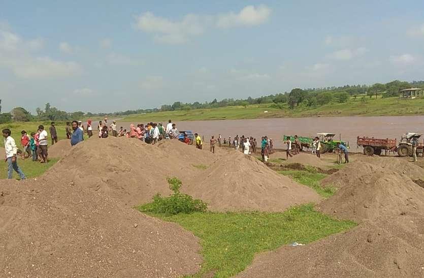 नदियों को छलनी कर रेत का कर रहे थे परिवहन, दबिश देकर 10 वाहन पकड़े