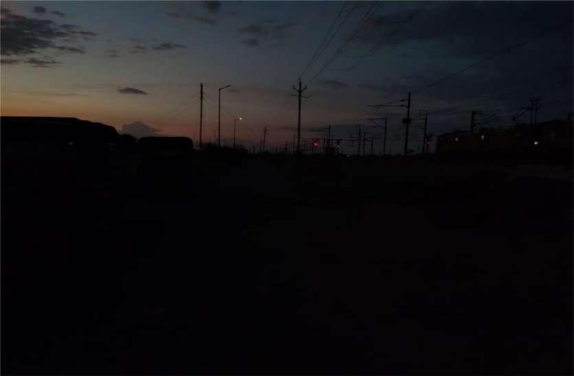शाम होते ही मालखेड़ी स्टेशन रोड पर छा जाता है अंधेरा