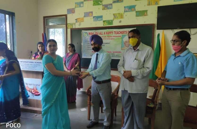 श्रेष्ठ शिक्षकों को सम्मानित किया