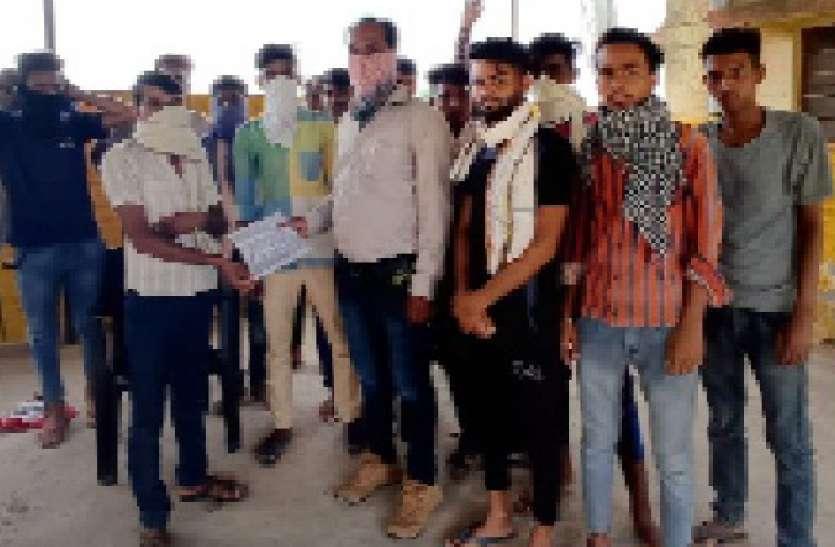 सडक़ निर्माण की मांग को लेकर पाली गांव के ग्रामीणों ने सरपंच को सौंपा पत्र