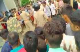 यूपी के कुशीनगर में शिक्षक की हत्या के बाद उग्र भीड़ ने हत्यारे को पुलिस के सामने पीट-पीटकर मार डाला