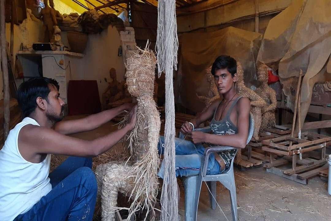 दुर्गा प्रतिमा तैयार करता मूर्तिकार