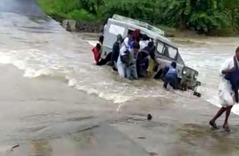 Ahmedabad News, Palanpur News : पानी में जीप पलटी, 10 जनों को बचाया
