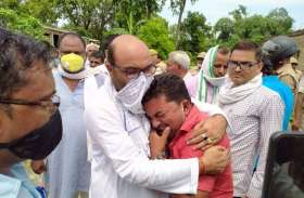 कुशीनगर हत्याकांडः पीड़ित के घर पहुंचे अजय लल्लू, एसपी को दिया अल्टिमेटम, कहा कांग्रेस चुप नहीं बैठेगी
