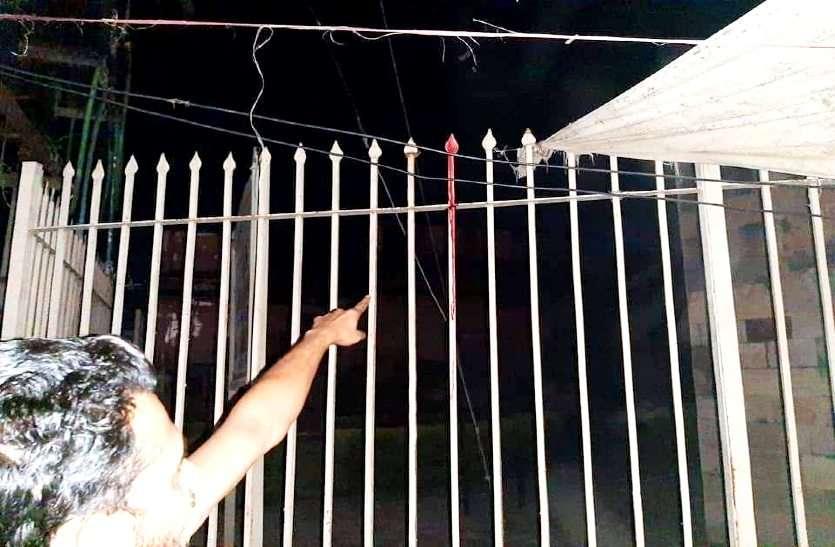 राजनीतिक दल की होर्डिंग लगा रहे युवक की दर्दनाक मौत, शाही किले की दीवार का बल्लम पेट में घुसा
