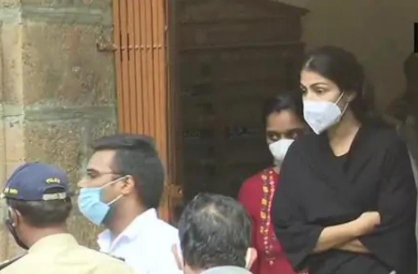 रिया चक्रवर्ती का दावा-बयान देने के लिए किया गया मजबूर, हिरासत में...