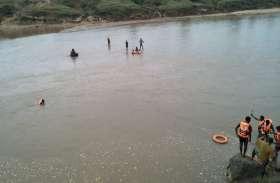 नदी में नहा रहे बच्चे डूबने लगे तो दूसरे छोर पर मछली मार रहे युवक ने बचाने लगा दी छलांग, खुद डूबा