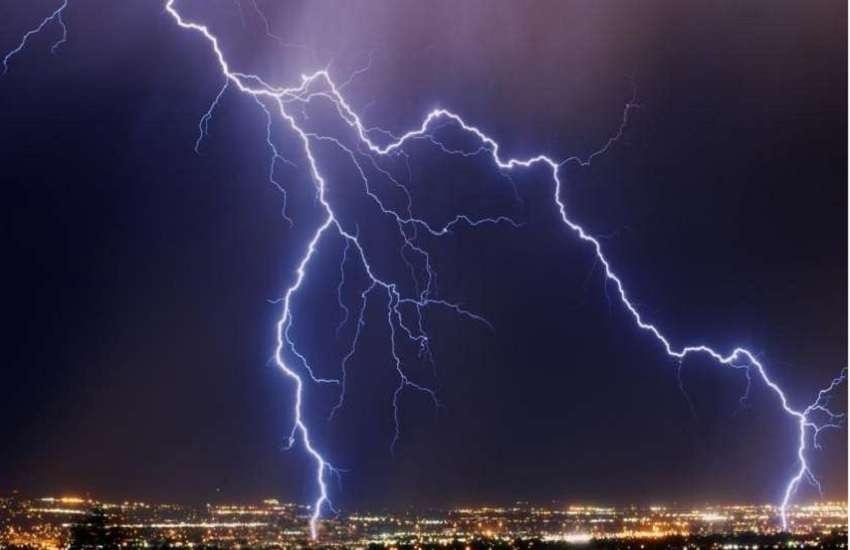 बारिश का मौसम और आकाश में चमकती बिजली