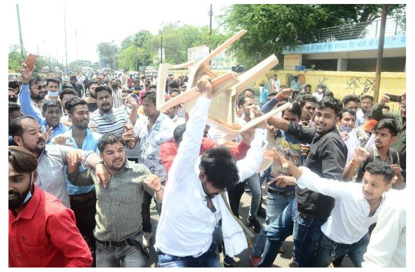 सड़क पर बिखरा सामान, कुर्सियां तोड़ीं, छात्रों की राजनीति में हर कोई हुआ परेशान
