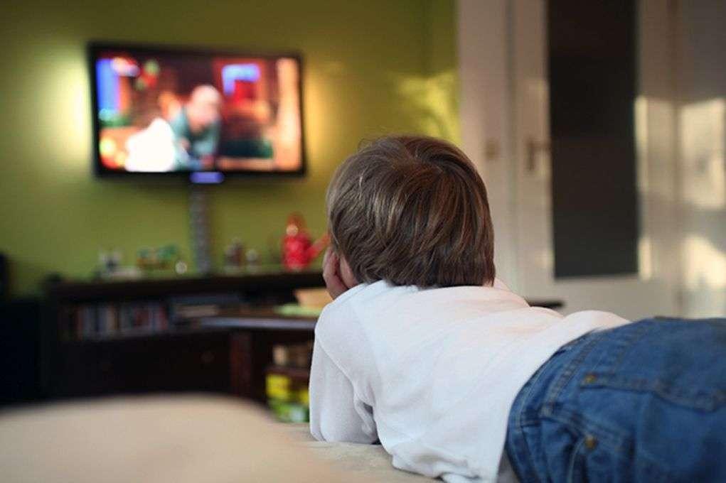 न्यू रिसर्च: रोज 2 घंटे से ज्यादा टीवी देखने वाले छात्रों को एक साल में 3 साल की पढ़ाई जितना नुक्सान