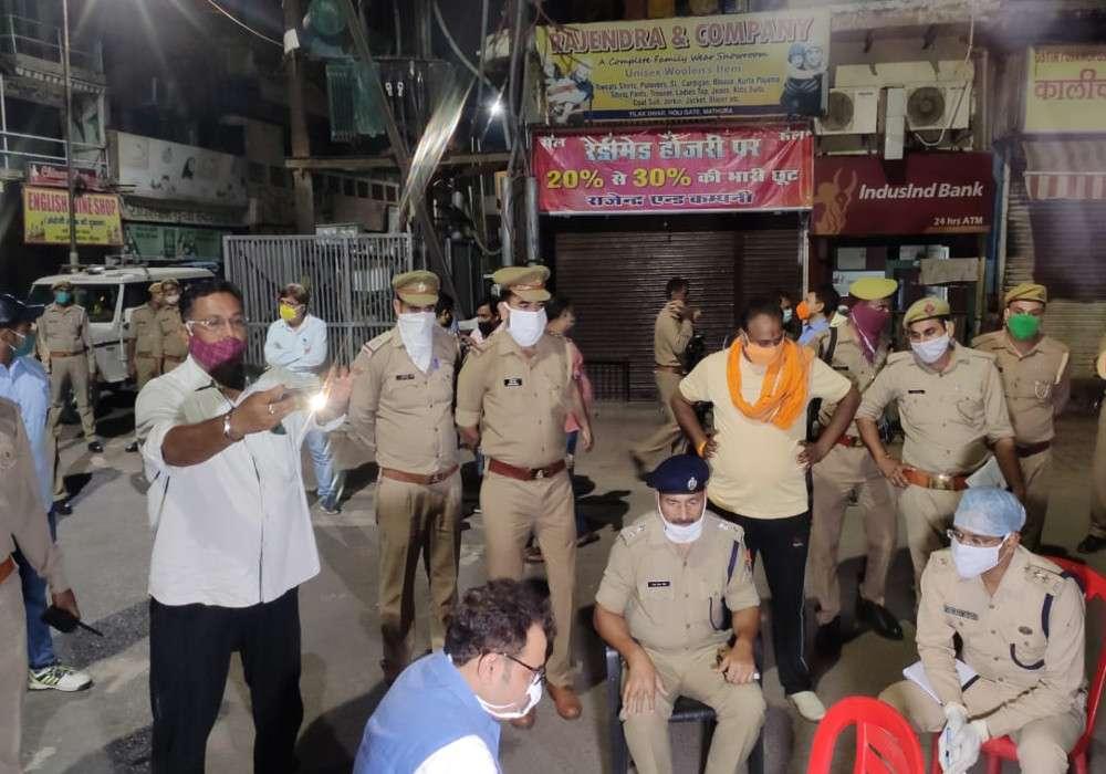 आधी रात को बीच सड़क पर बैठे ऊर्जा मंत्री श्रीकांत शर्मा को देखकर जनता चौंकी