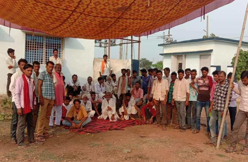 विद्युत सब स्टेशन पर किसानों ने किया कब्जा, कर्मचारियों को बाहर निकाला