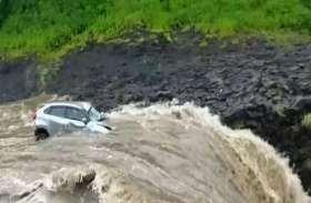 VIDEO: देखते ही देखते पानी के बहाव में 300 फीट नीचे बह गई कार