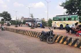 बसों में यात्रियों को नहीं किया जाता सेनेटाइज