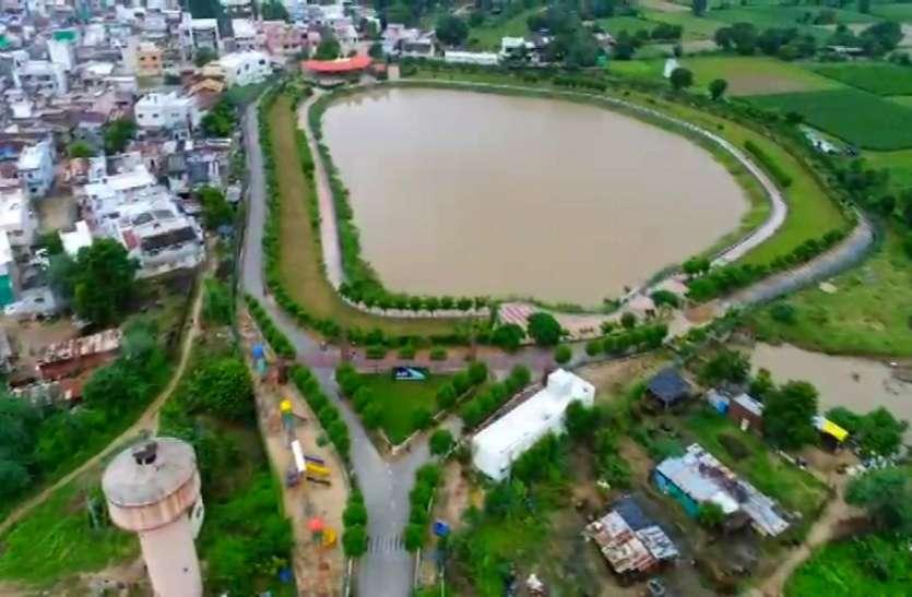 Ahmedabad, Mehsana News : पिता की याद में पुत्र, पौत्र ने गांव में विकसित किया तालाब