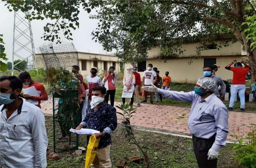 दस केन्द्रों पर विद्यार्थियों ने की उत्तर पुस्तिकाएं जमा, दिनभर लगी रही भीड़