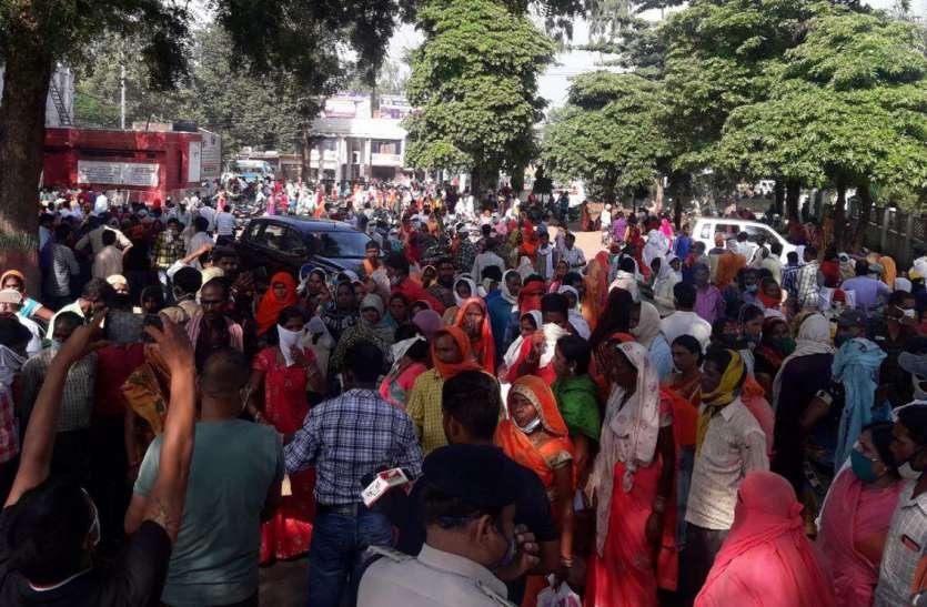 कर्ज माफी की अफवाह पर महिलाओं ने घेरा कलेक्ट्रेट, लगाया जाम, किया विरोध