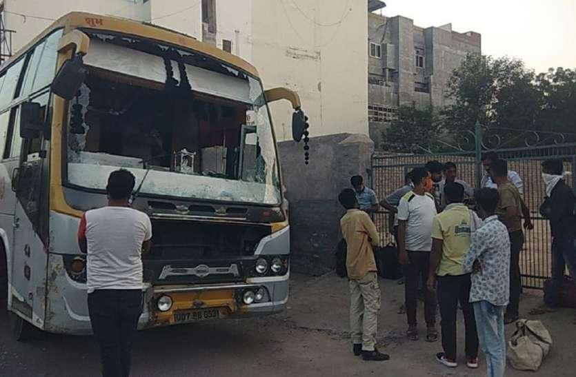 बीच-बाजार सवारियों से भरी बस पर हमला, तोडफ़ोड़