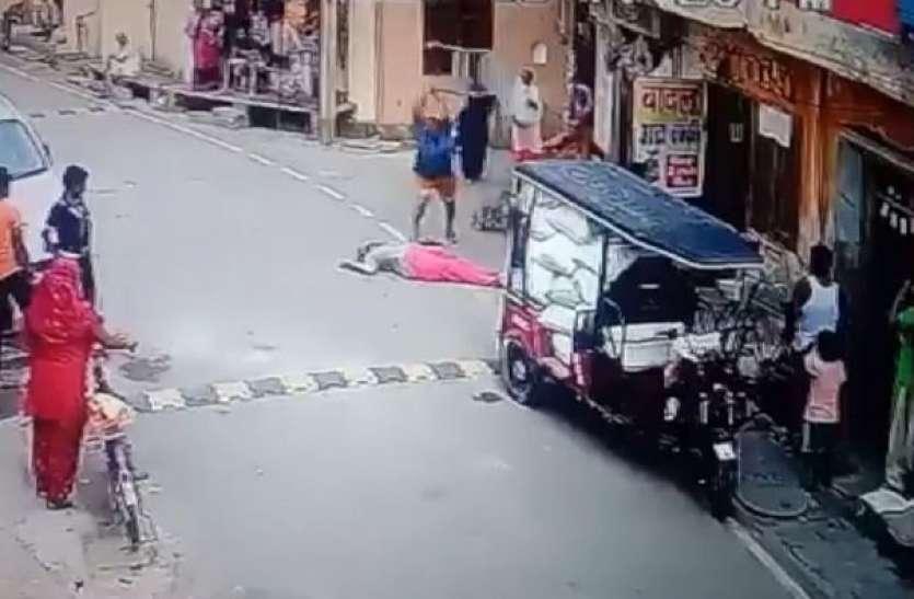 छेड़छाड़ का विराेध करने पर बुजुर्ग महिला को बेरहमी से पीटा, घटना सीसीटीवी में कैद