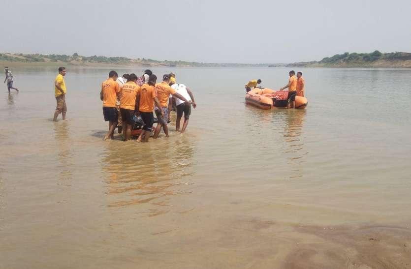 बेजपुर घाट पर नाव चम्बल में समाई