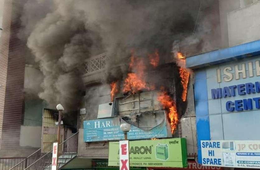 Ghaziabad:हरमुख क्लिनिक में लगी भीषण आग, आसपास के फ्लैटों में भी नुकसान