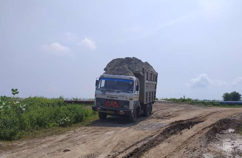 Outrage among villagers - राखड़ भरे ओवरलोड डंपरों के गुजरने से मार्ग जर्जर, ग्रामीणों में आक्रोश