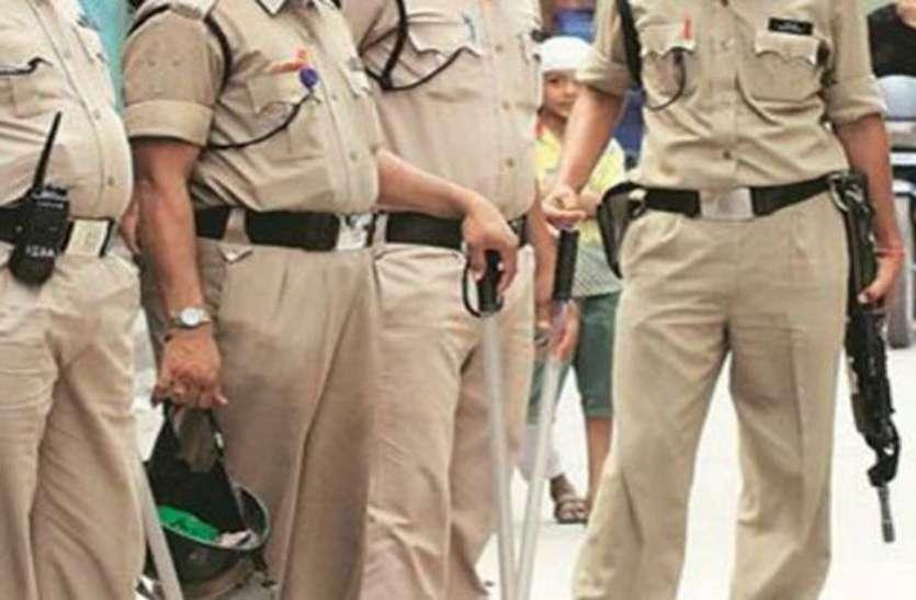 अच्छा कार्य करने पर पुलिस कर्मचारी पुरस्कृत