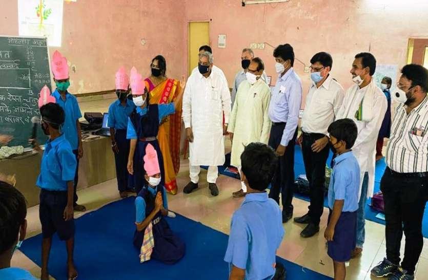 स्कूल शिक्षा मंत्री ने मोहल्ला कक्षाओं का किया औचक निरीक्षण