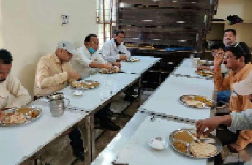 इंदिरा रसोई का आयुक्त ने लिया जायजा, चखा भोजन का स्वाद