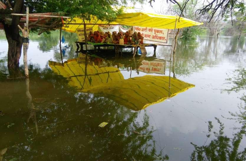 Villagers protest - सरदार सरोवर बांध के बैकवाटर में कई मकान डूबे