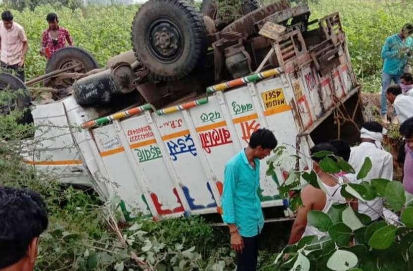 Tragic accident - लोगों से भरा लोडिंग वाहन पलटा, दो की मौत 35 घायल
