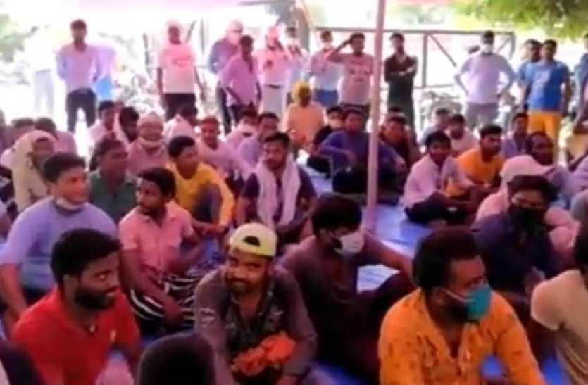 FIR के विरोध में भूख हड़ताल पर बैठे नाेएडा के सफाईकर्मी, दो दिन पहले दी थी धर्म परिवर्तन की चेतावनी
