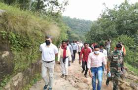 पहाड़ व पथरीली सडक़ पर 5 किमी पैदल चलकर बैजनपाठ पहुंचे कलक्टर, सुनीं समस्याएं, कहा- यहां से सचिव को हटाओ
