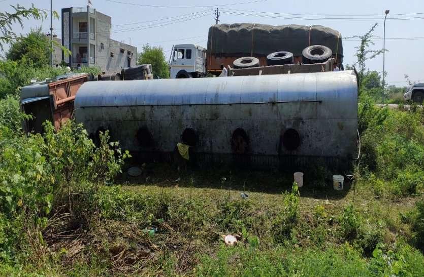 अलवर: सरसों के तेल से भरा टैंकर पलटा, तेल भरने के लिए लोग बर्तन लेकर पहुंचे, पुलिस ने खदेड़ा
