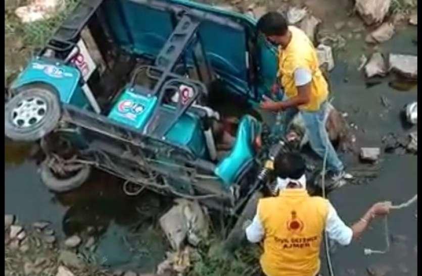नाले में गिरा ई-रिक्शा, चालक की मौत