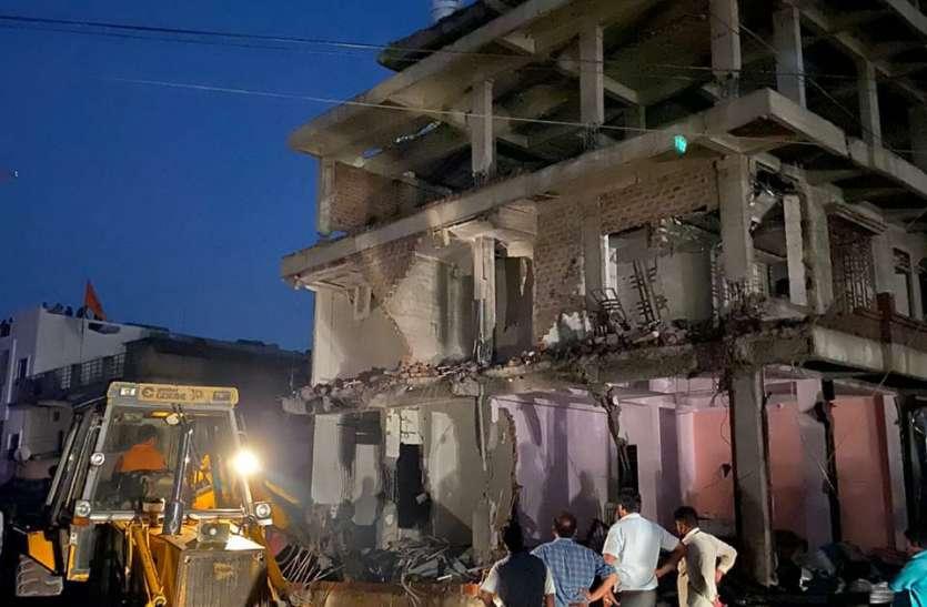 निर्माण अधूरे तोड़े, जोखिम बढ़ा रहे