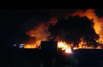 मोबाइल स्क्रैप के गोदाम में लगी भीषण आग, लोगों का सांस लेना हुआ मुश्किल