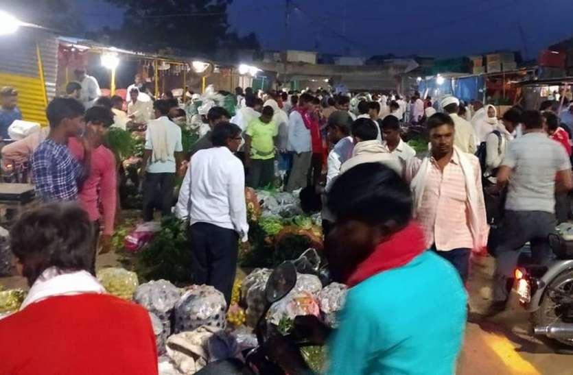 गोपाल सब्जी मंडी में लोग घूमते हैं बेखौफ, कोरोना का नहीं कोई डर