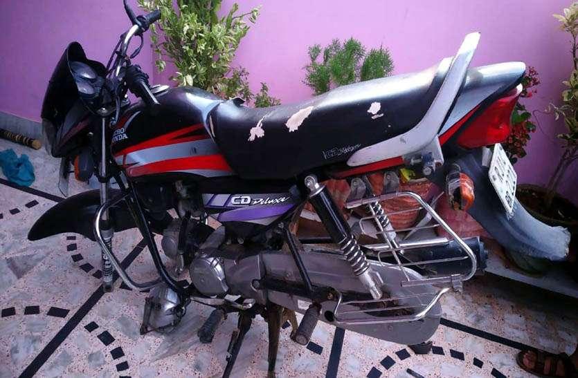 घर से बाहर खड़ी बाइक के पहिए खोल ले गए चोर