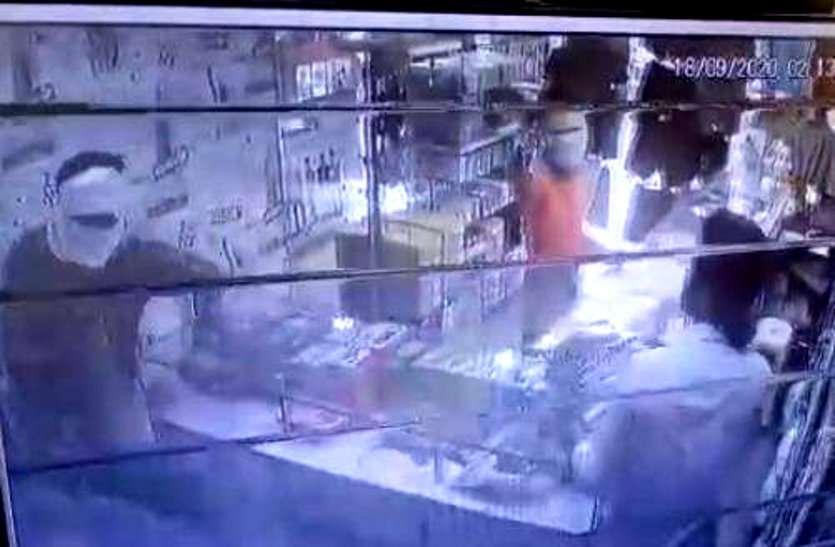 भिलाई में बदमाशों ने कट्टा दिखाकर कपड़ा व्यापारी पर किया ब्लेड से हमला, ग्राहकों को निकाल दिया था दुकान से बाहर
